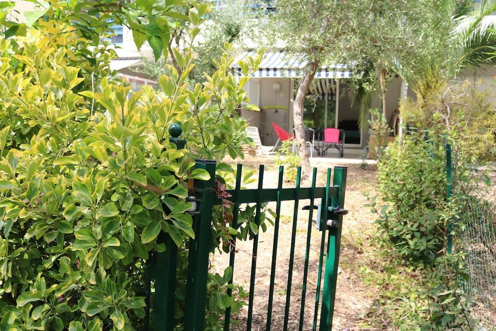 Portillon donnant accès à la piscine de la résidence