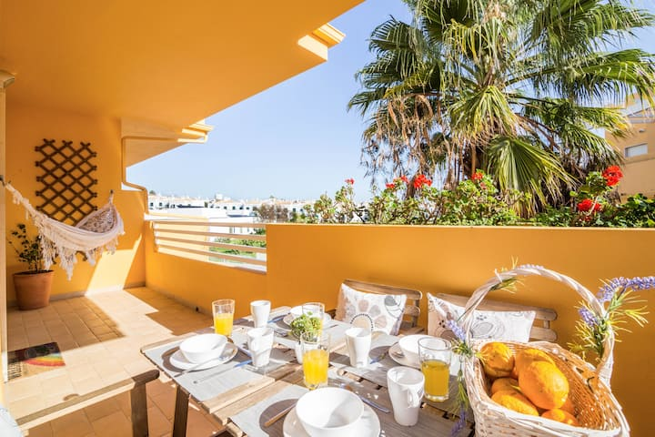 """Modern Apartment """"Casa Mar"""" with Wi-Fi, Air Conditioning, 2 Balconies & Pool; Parking Available"""