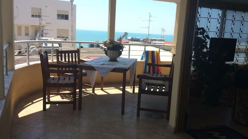 Sea view apartment next to the beach