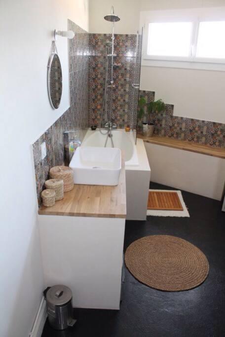 Salle de bain lumineuse avec baignoire et lavabo. Sèche cheveux à dispo, ainsi qu'une machine à laver !