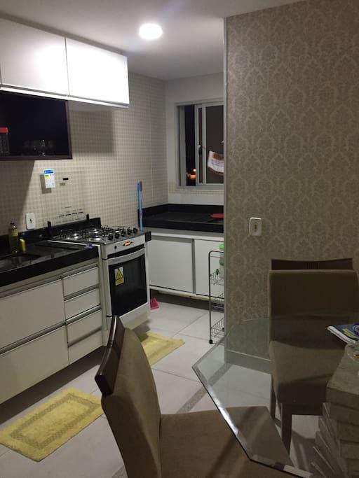 Área lavabo, pia e fogão.