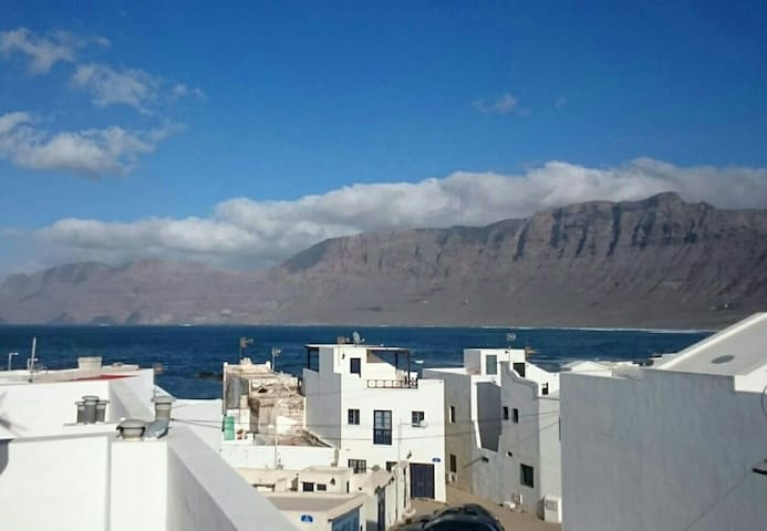 Famara apartment with huge terrace - Caleta de Famara - Byt
