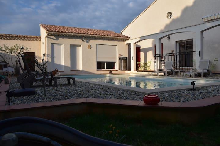 Villa chaleureuse avec piscine.