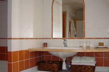 La salle de bain est très grande et dispose d'un balcon.
