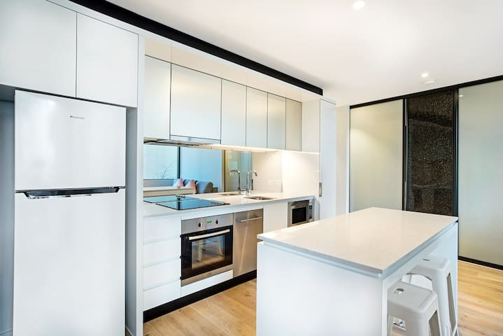 Modern 2 bed apartment in CBD-Free Gym-indoor Pool