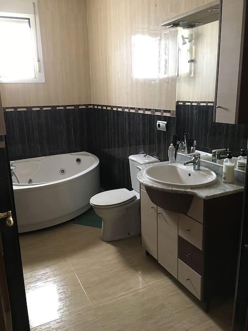 Baño con plato de ducha y jacuzzi. (La bañera de hidromasaje no está disponible temporalmente).