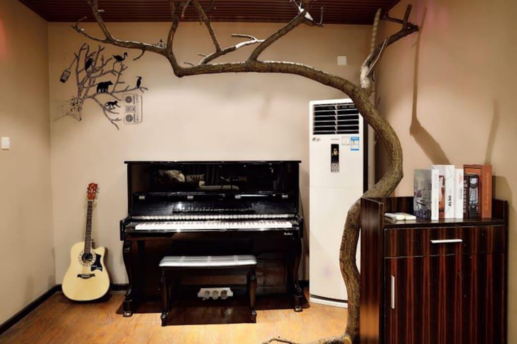 很多小伙伴多才多艺所以我这里可以给你展示自我的机会哦,钢琴是真实的不是摆设哈