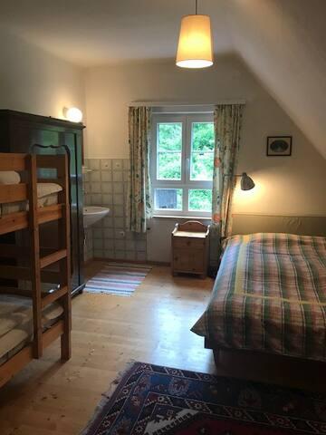 Schlafzimmer für 4 Personen mit Doppelbett und Stockbett inkl. eigenes Waschbecken