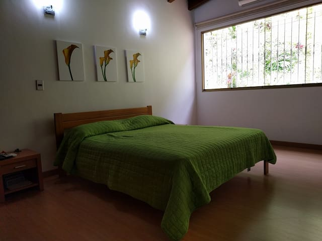 Bed & Breakfast + Airport pick up - Caracas - House