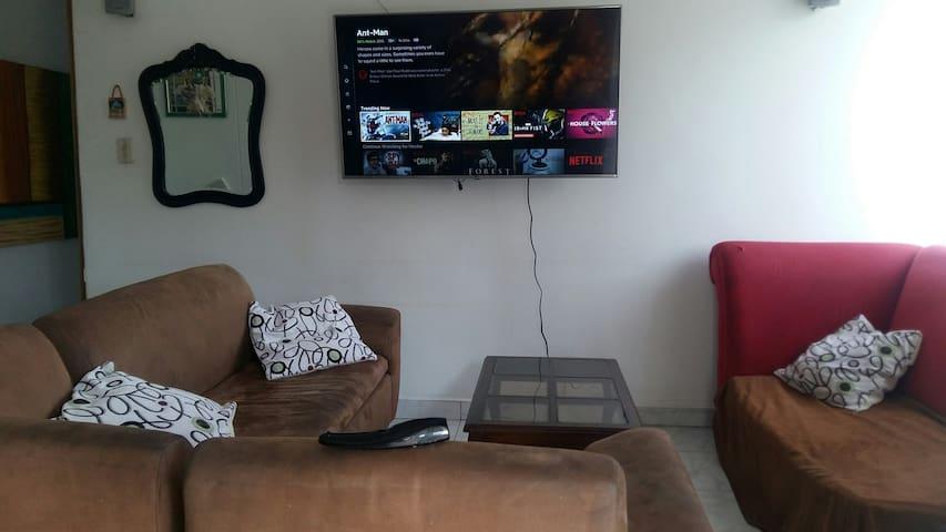 """Smart tv de 60"""" con cuenta de netflix en la sala"""