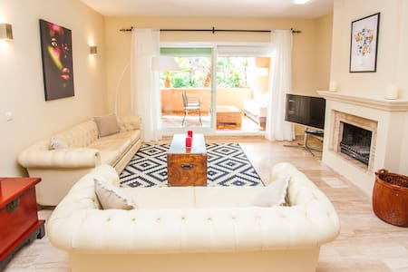 Gorgeous bright modern FamilyFun Wifi Alhambra Apt - Estepona - Huoneisto