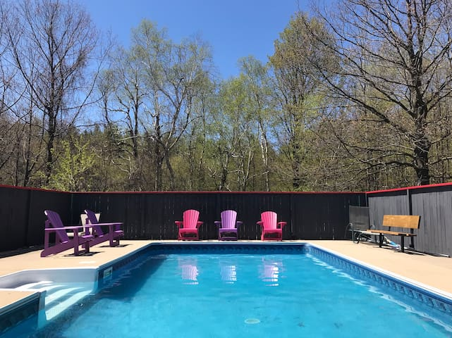7 bdrm Chalet private Outdoor pool and hot tub