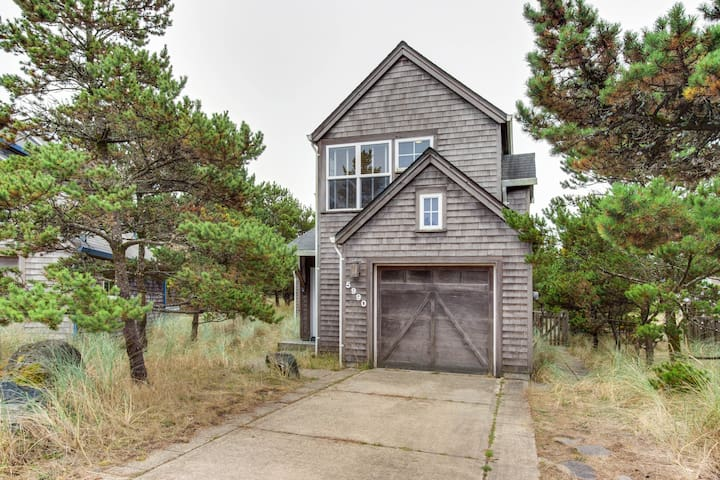 Dog-friendly modern house with beach access within walking distance