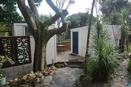 Wood Cottage - Private Piha Cabins
