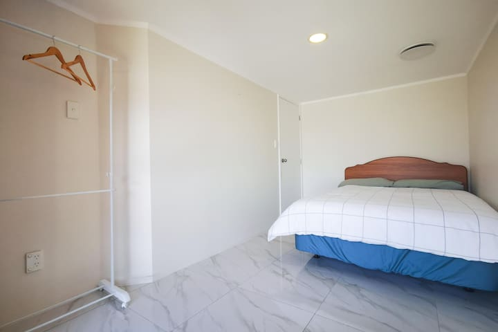 Double size bed room closed to Mt Wellington