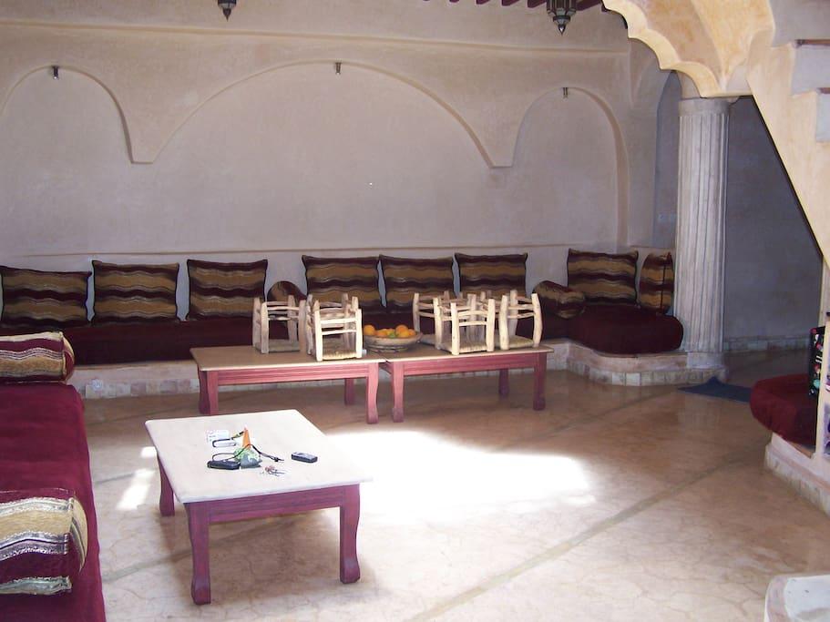 salon marocain avec télévision. Plusieurs personnes peuvent s'installer confortablement
