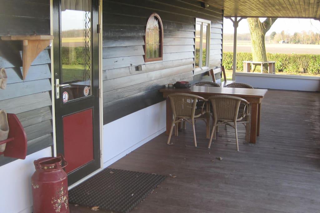 Entree onder de veranda waar gerookt mag worden.