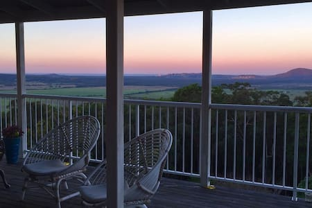 Moo-Yi Manor, Contemporary, Stunning views - Maroochy River - 一軒家