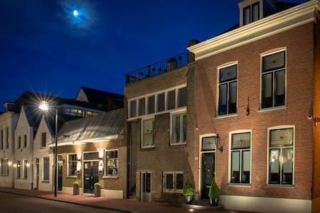 19th Century close to Rotterdam - Vlaardingen - Hus