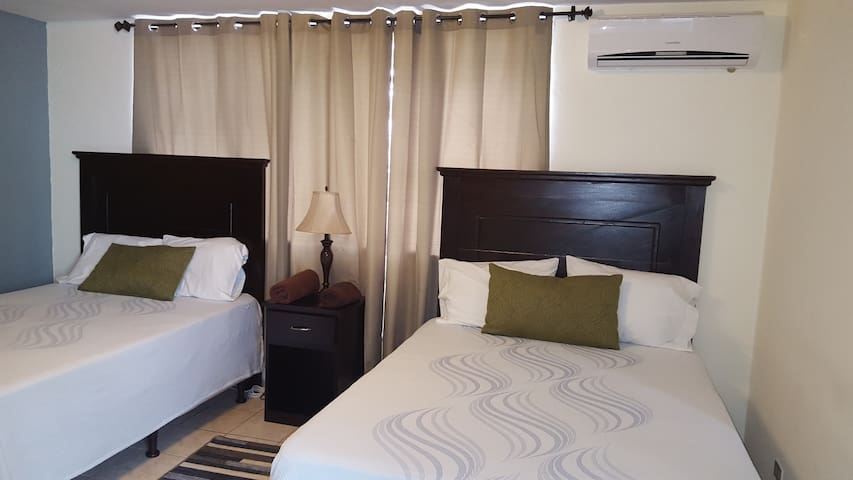 ACROSS THE STREET FROM SHERATON HOTEL, A/C, WiFi. - San Salvador - Bed & Breakfast
