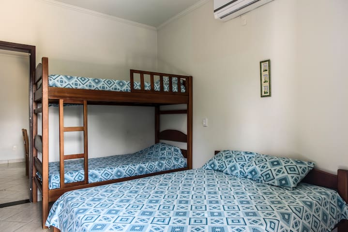 Suite com ar condicionado,  cama de casal e beliche