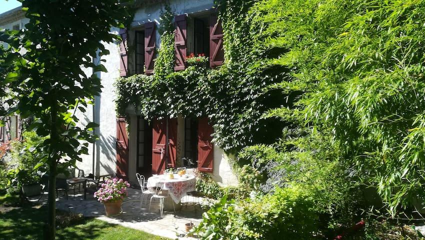 Belle maison calme, jardin privé et ombragé.