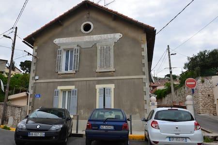 T2 Estaque Marseille début de la Côte Bleue - Byt
