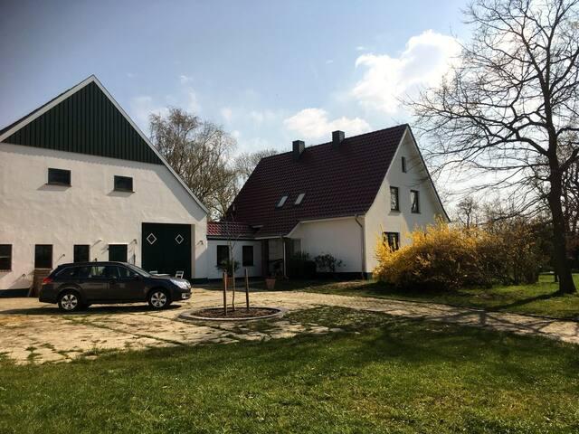 Restaurierter ehemaliger Bauernhof am Nordseedeich