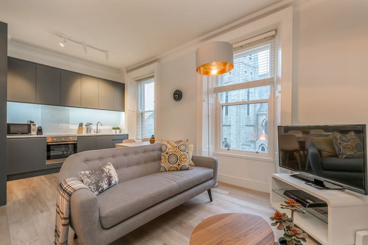 Newly furbished, bright, ideally located 2bed