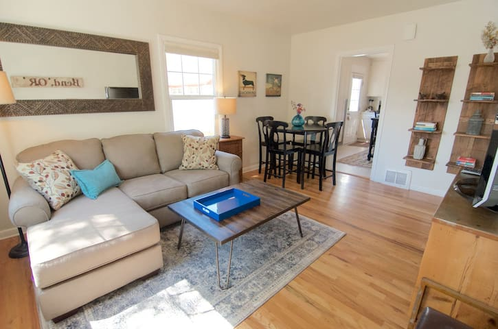 Bluebird Day - Hill Street Beauty - Hot Tub- Walk Downtown - Pet Friendly!