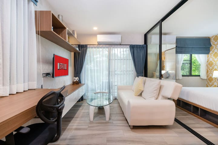 39m2 Brand New Executive Luxury Condo Free Netflix