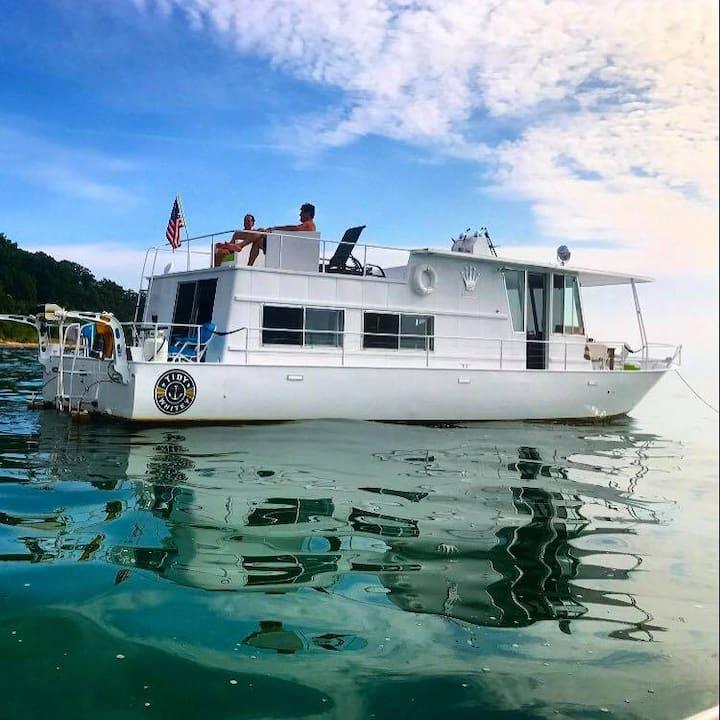 Stay on Tidy Whitey!  Saugatuck /Douglas Houseboat