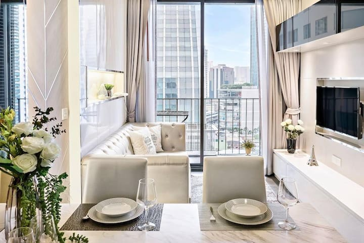 Stunningly-beautiful 1 bedroom in super luxury condominium in Asoke, downtown Bangkok, only 3-min walk to Asoke skytrain and metro with luxury interior design like 5-star hotel, offering full amenities with top facilities including sky pool and gym