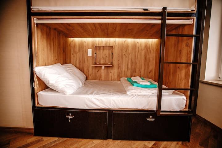 Двухспальная капсула в 6-местном общем номере