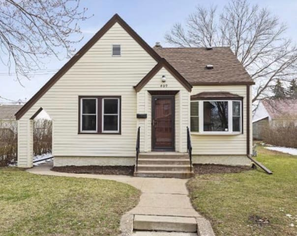 Superbowl Home - Centrally Located