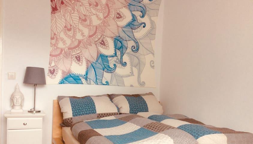Ruhiges Zimmer, 6 min zu Fuss S-bahn; near airport