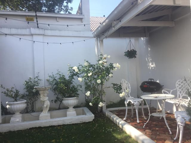 Charming private cottage - Parktown North