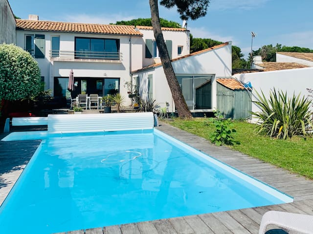 Pretty Villa Facing the Sea with Swimming Pool