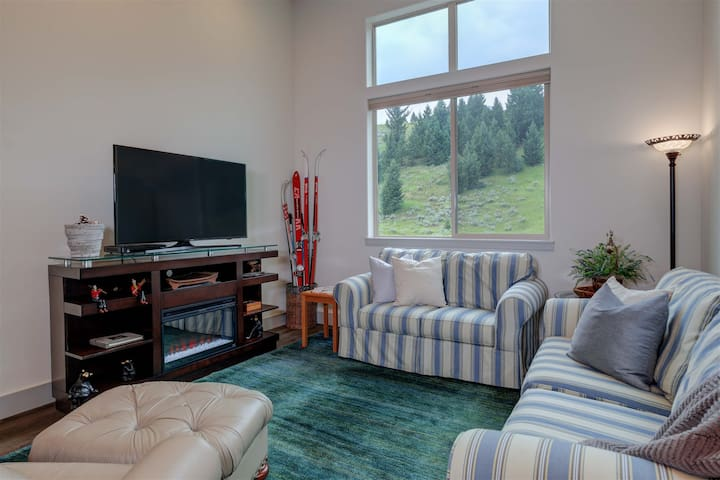 Main living space, fully equipped kitchen, flat screen TV