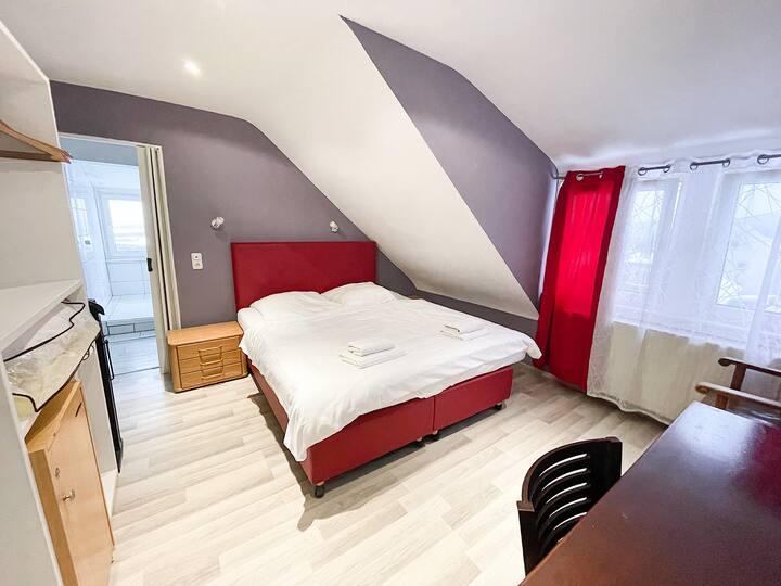 Doppelzimmer mit separater Badewanne und Dusche.