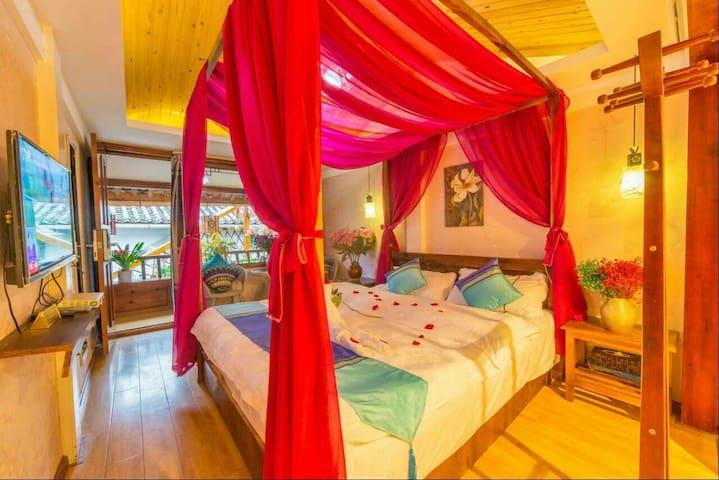 二楼温馨大床房-艳 不是必须一定要交古维才能进入客栈哦 - Lijiang - Bed & Breakfast