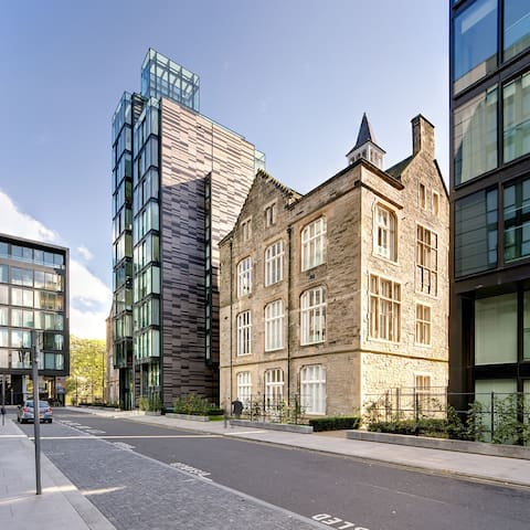 Luxury Quartermile apartment - extremely central!