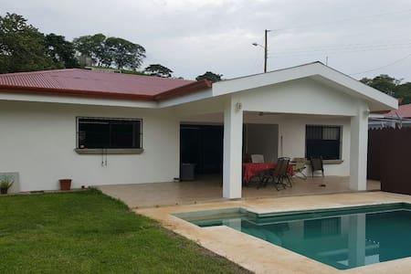 Maison privée avec piscine - Apartment