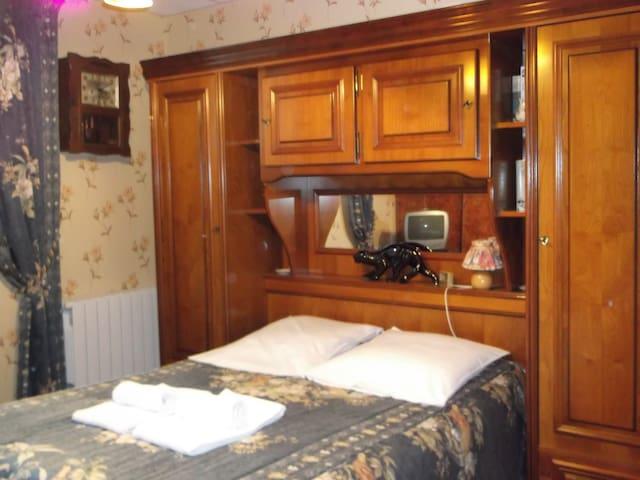 Chambre indépendante, linge de lit et toilette.