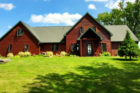 Large Cozy Cabin Close To Fox Cities and Green Bay