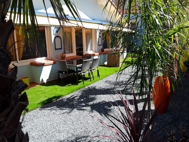F2  terrasse petit complexe privé avec piscine
