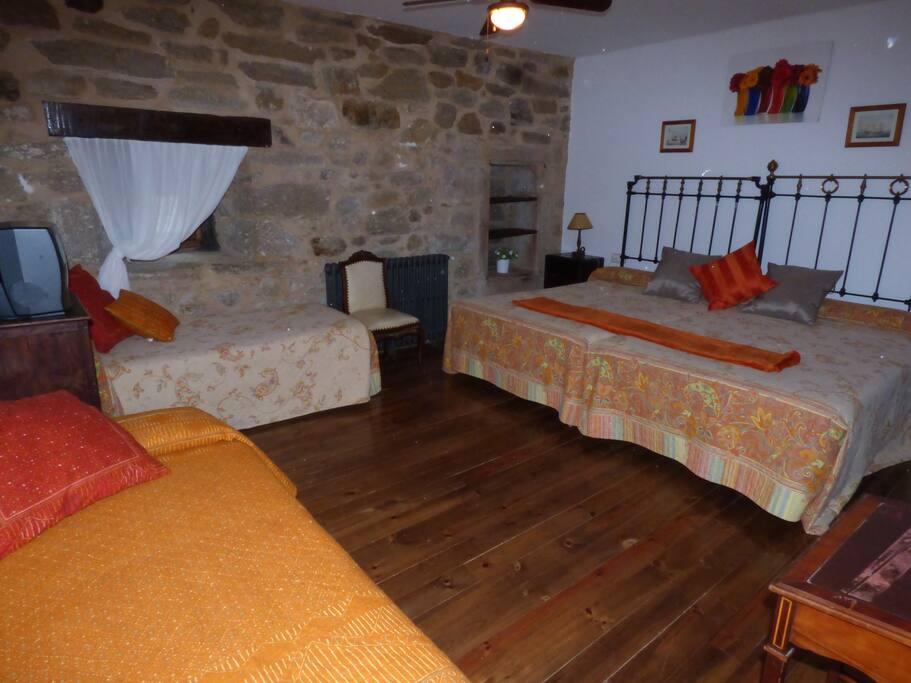 Habitaci n 3 la posada de pedrazales hoteles patrimonio for Alquiler de habitacion en hotel familiar