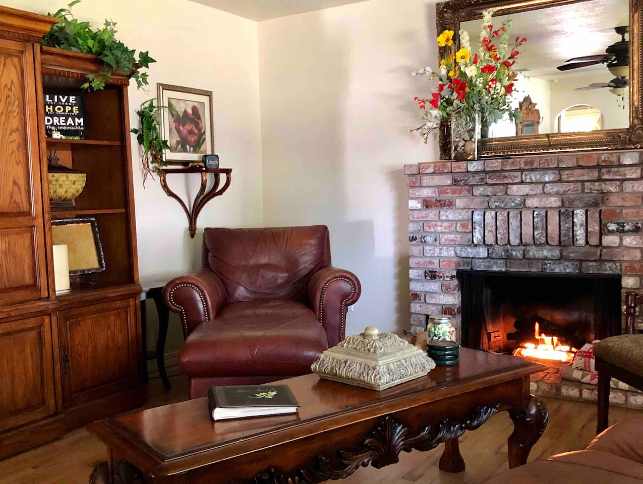 ✨Perfectly Ideal for Business AND Pleasure-Just as Comfortable for a 2 Day Getaway or Work Week. Professionally Decorated with Beautiful Classic Designer Furnishings it's a Perfect Place to Heal and Reflect if that's what you're After. A Retreat! :)