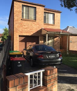 Single room in clean house - Campsie - Casa