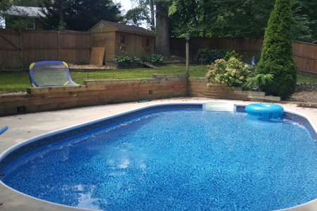 Pool, hot tub, jacuzzi, 4 bedroom, 15 min from DC - Ház